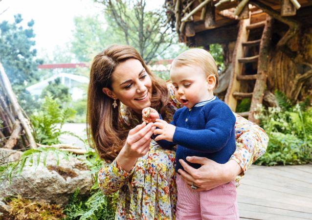 Kate Middleton, la duquesa de Cambridge, y su tercer hijo, Louis