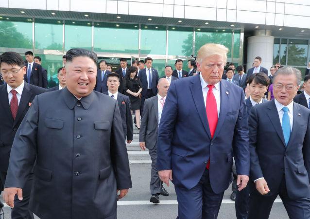 El presidente de Corea del Sur, Moon Jae-in, junto al presidente estadounidense, Donald Trump, y al líder de Corea del Norte, Kim Jong-un