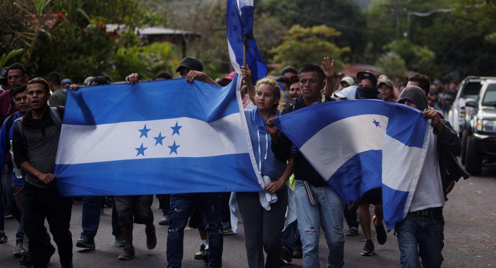 Migrantes hondureños en una caravana