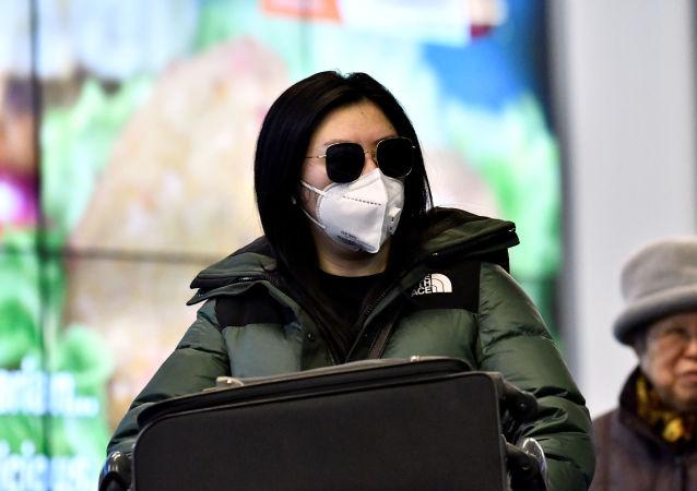 Viajeros con mascarillas un aeropuerto