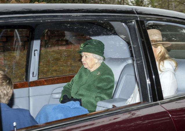 La reina Isabel II junto a Sofía de Wessex