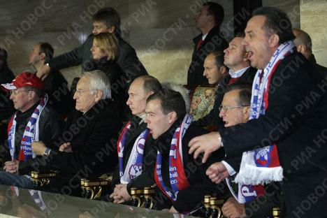 Medvédev y Putin presencian partido de fútbol Rusia-Alemania