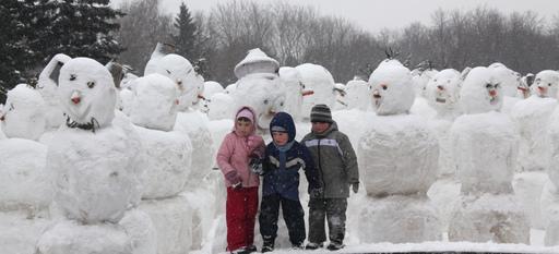 Un ejército de muñecos de nieve desfila frente a teatro moscovita