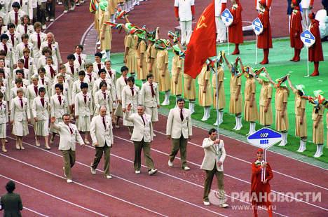 Inauguración de Juegos Olímpicos 1980 de Moscú, participantes y el maravilloso Osito Misha