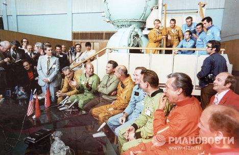 Fotos del legendario vuelo Soyuz-Apolo en una exposición al lado del Kremlin de Moscú