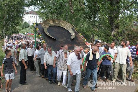 Procesión con uno de los íconos más grandes de Rusia