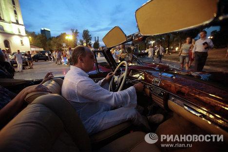 Autos clásicos desfilan por Moscú en rally nocturno