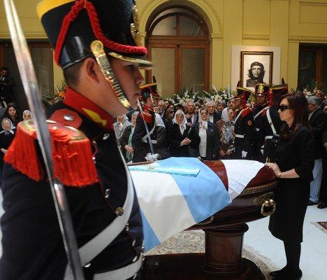 Президент Аргентины Кристина Фернандес на прощании с Нестором Киршнером