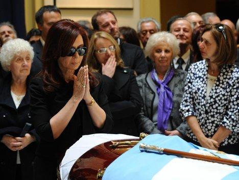 Супруга Нестора Киршнера, нынешний президент Аргентины Кристина Фернандес де Киршнер во время церемонии прощания