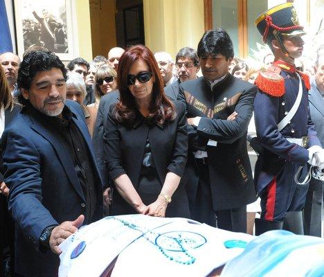 Диего Марадона, президент Аргентины Кристина Киршнер, президент Боливии Эво Моралес на прощании с Нестором Киршнером