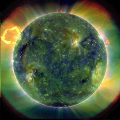 Солнце, каким его видит SDO: красные области относительно холодные (около 60 тысяч градусов Кельвина), синие и зеленые – более горячие (более миллиона градусов Кельвина)