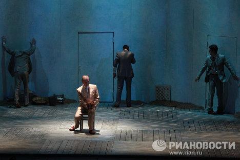 Игорь Ясулович в роли Просперо в спектакле Буря