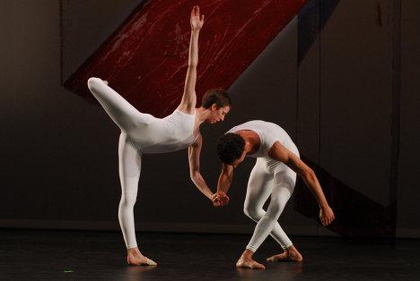 Сцена из балета Xover. На фото танцовщики - Daniel Madoff, Julie Cunningham