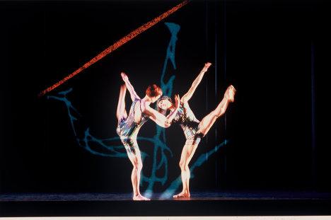 Сцена из балета Biped. На фото танцовщики - Holley Farmer, Lisa Boudreau