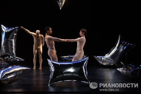 Сцена из балета Мерса Каннингема Тропический лес