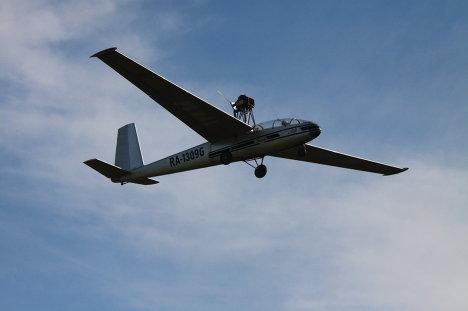 В воздухе - планер Бланек, оснащенный мотором.