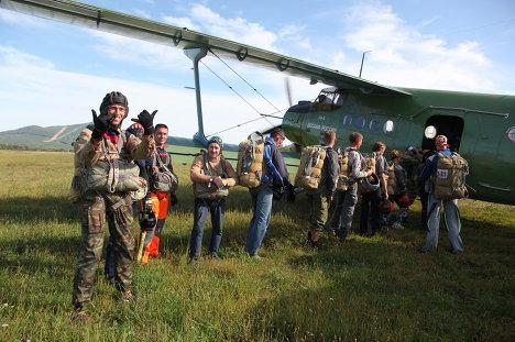 Посадка в самолет участников  прыжков с купольными парашютам