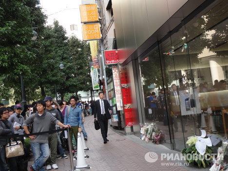 Очередь перед магазином Apple в центре Токио