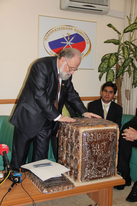 Ящик для голосования из пряников изготовили в Тульской области (Чуров в Тульской областной избирательной комиссии)
