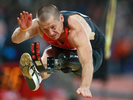 Немецкий легкоатлет Войтек Чиж во время соревнований по прыжкам в длину награждения на ХIV летних Паралимпийских играх, август 2012.