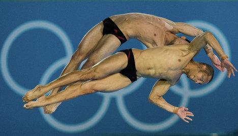 Кубинцы Хосе Антонио Гуэрра и Джейнклер Агирре в синхронных прыжках в воду с 10-метровой вышки на ХХХ Олимпийских играх в Лондоне.