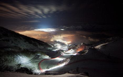 Ночной вид верхней территории горнолыжного центра «Роза Хутор». Фотография составлена из двух фотографий, февраль 2012.