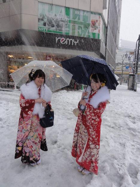 День Совершеннолетия в Токио совпал с первым в этом году снегопадом