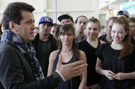 Мэр Казани Ильсур Метшин общается с артистами во репетиции церемонии торжественного открытия Универсиады 2013.