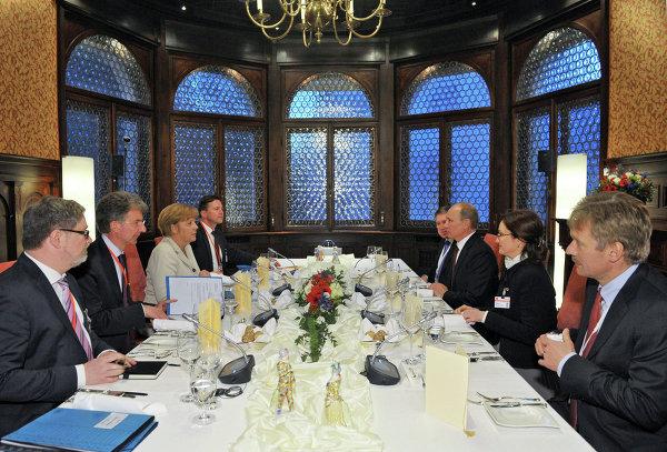 Президент России Владимир Путин (третий справа) и канцлер ФРГ Ангела Меркель (слева) во время рабочего обеда в Доме приемов правительства федеральной земли Нижняя Саксония