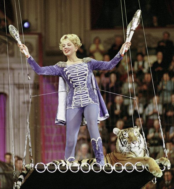 Марина Полбенцева в роли дрессировщицы на съемках фильма Сегодня – новый аттракцион