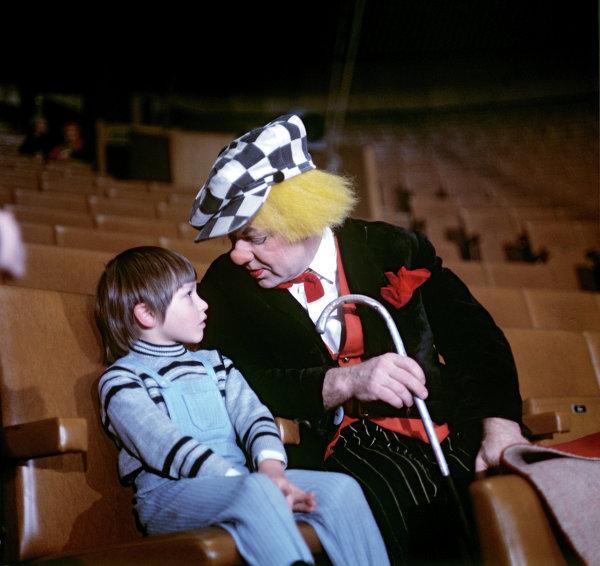 Народный артист СССР Олег Попов с ребенком