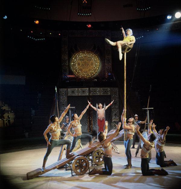 Артисты из Казахстана выполняют акробатический номер на подкидных досках