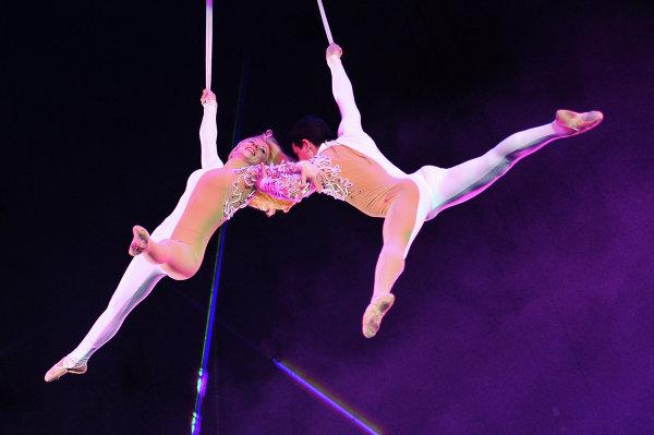 Воздушные гимнасты Екатерина Остудина и Сергей Остудин выступают на арене Сочинского цирка