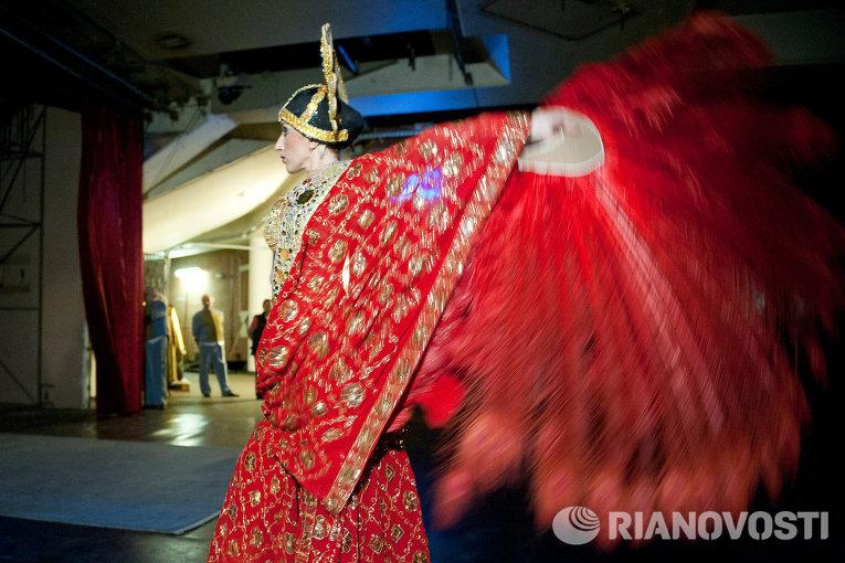 Артистка балета аттракциона Индийские слоны разминается перед выступлением