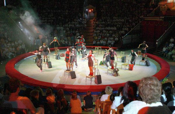 Артисты выступают на празднике, посвященном Дню защиты детей, в цирке на Проспекте Вернадского