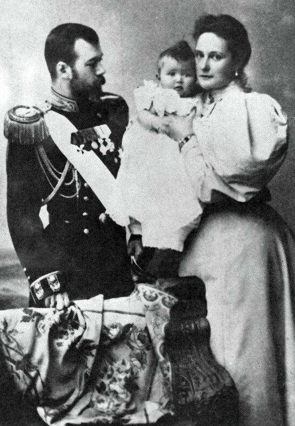 Император Николай II с женой Александрой Федоровной и дочерью Ольгой