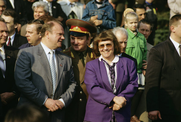 Лидер КПРФ Геннадий Зюганов и летчик-космонавт Светлана Савицкая во время парада на Красной площади