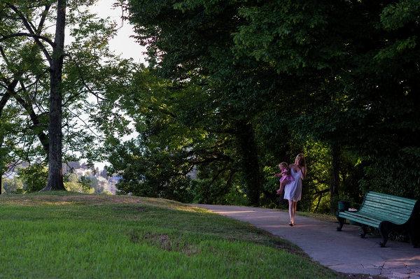 Посетители парка Дендрарий в городе Сочи