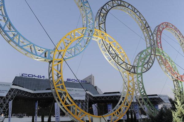 Вид на здание аэропорта и Олимпийские кольца в Сочи