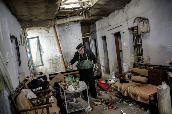 Командир отряда ополченцев в одном из домов, освобожденном от боевиков, в центре города Маалула