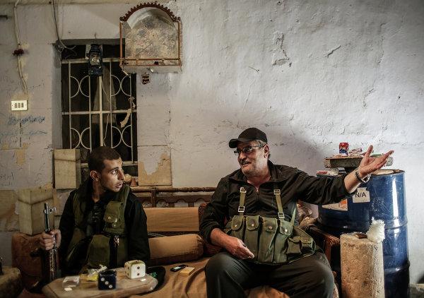 Молодой ополченец, студент четвертого курса факультета журналистики (слева), и командир отряда ополченцев в одном из домов в центре города Маалула