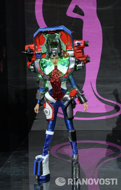 Участница конкурса из США Эрин Брэди на шоу национальных костюмов Мисс Вселенная-2013