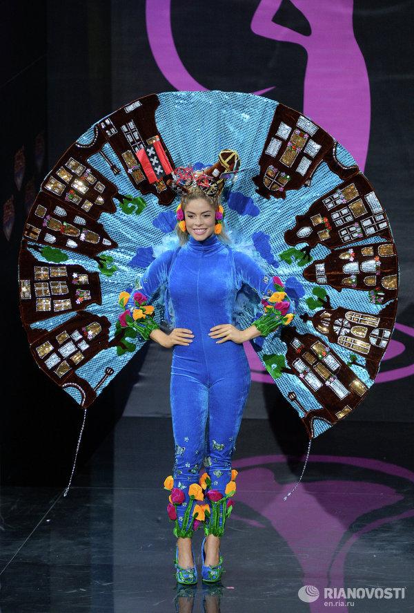 Шоу национальных костюмов конкурсанток Мисс Вселенная