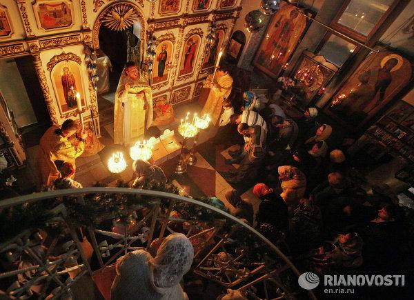Прихожане во время праздничной Рождественской службы в храме-часовне Святого Андрея Первозванного во Владивостоке
