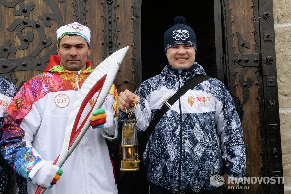 Олимпийский чемпион по боксу, серебряный призер Чемпионата мира Рахим Чахкиев (слева) во время эстафеты олимпийского огня в Магасе