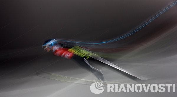 Спортсмен во время тренировки по прыжкам с большого трамплина