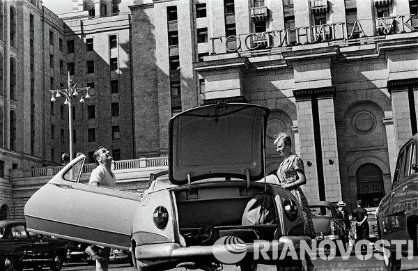 Туристы у гостиницы Украина. Москва, 1958 год