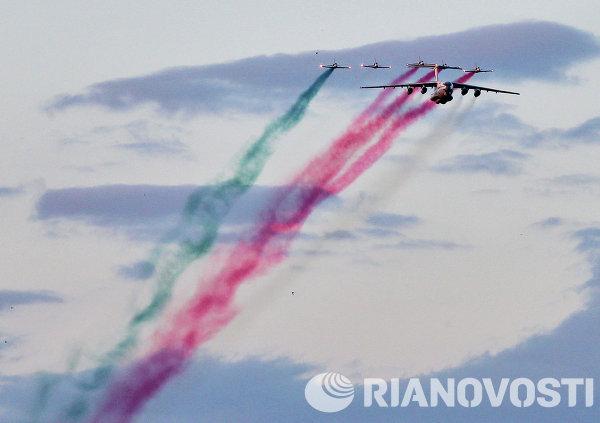 Транспортный самолет Ил-76 и пилотажная группа Белая Русь на военном параде в Минске