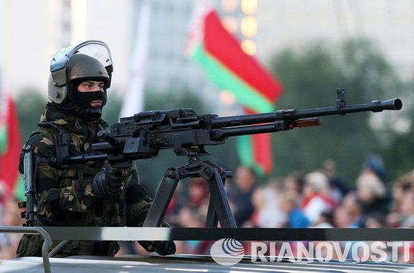Военнослужащий принимает участие в военном параде в Минске