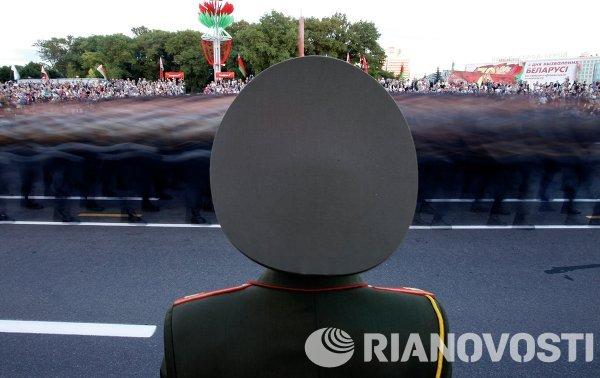 Военнослужащие проходят строем во время парада в Минске